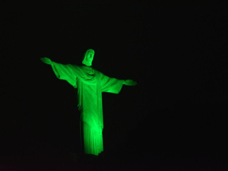 Cristo Redentor recebe iluminação em homenagem ao Dia do Exército