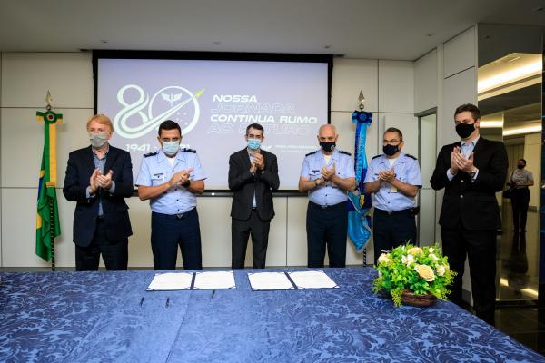 FAB e Embraer firmam cooperação com foco em desenvolver aeronaves não tripuladas