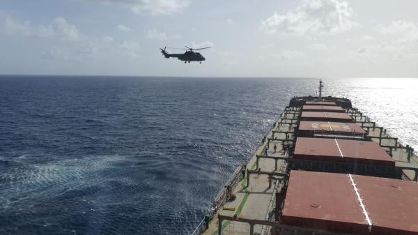 FAB realiza resgate de tripulante em navio na costa pernambucana