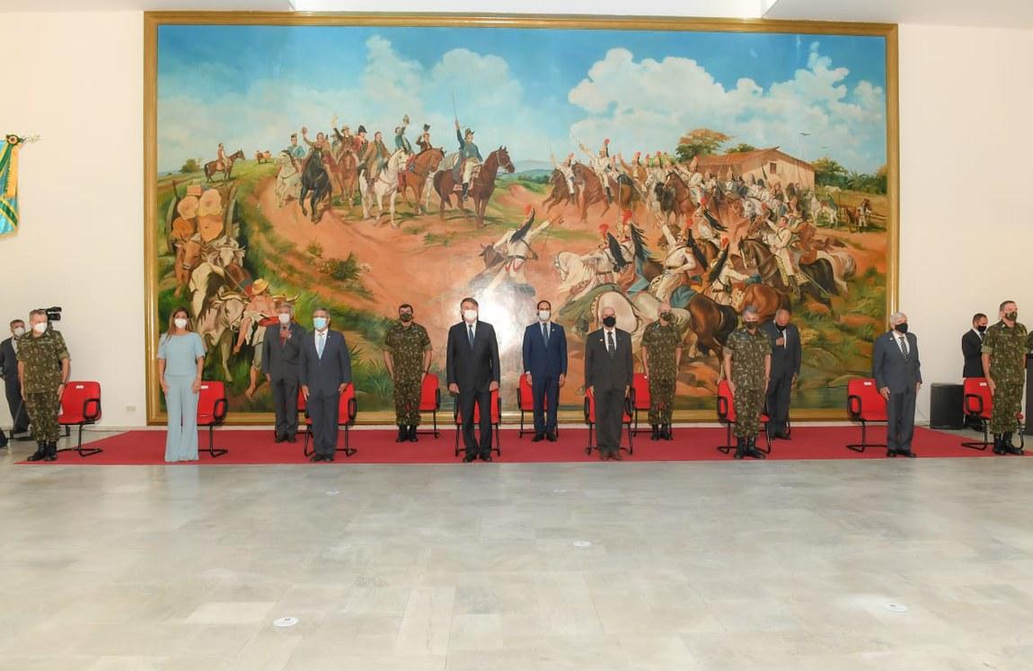Ministro da Defesa acompanha Presidente Bolsonaro em transmissão de cargo do Comando Militar do Sudeste