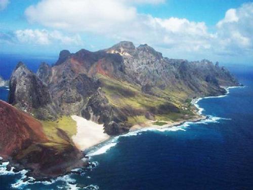 """Navio Hidroceanográfico """"Cruzeiro do Sul"""" lança boia meteoceanográfica em apoio às atividades da Marinha na Ilha da Trindade"""