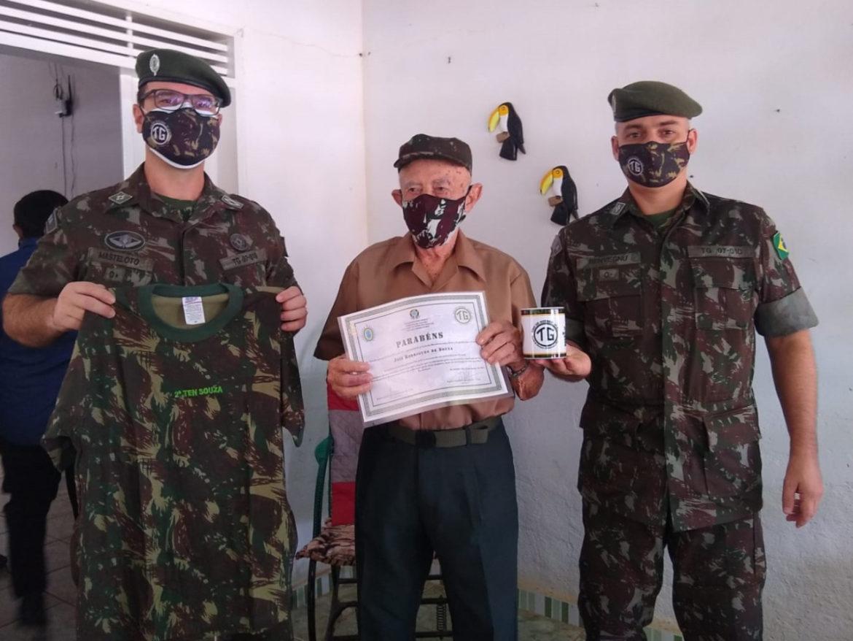 Ex-combatente da FEB completa 100 anos e recebe homenagem de Tiro de Guerra
