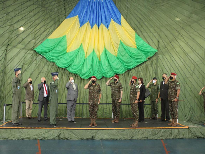 Brigada realiza solenidade para entrega de diplomas de Amigo da Brigada, da Medalha Mérito Aeroterrestre e do diploma de Tripulação mais voada