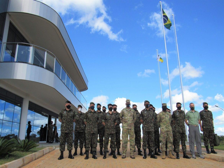 Comandante do Exército Sul dos Estados Unidos visita Comando de Artilharia