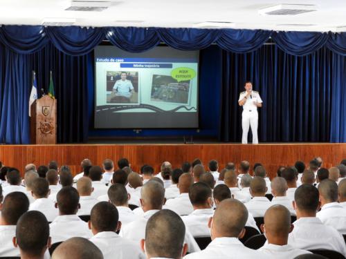 Comandante da Marinha ministra Aula Inaugural na Escola de Aprendizes-Marinheiros do Espírito Santo