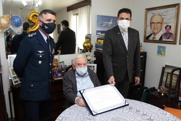 ITA entrega diploma ao Ministro Ozires Silva