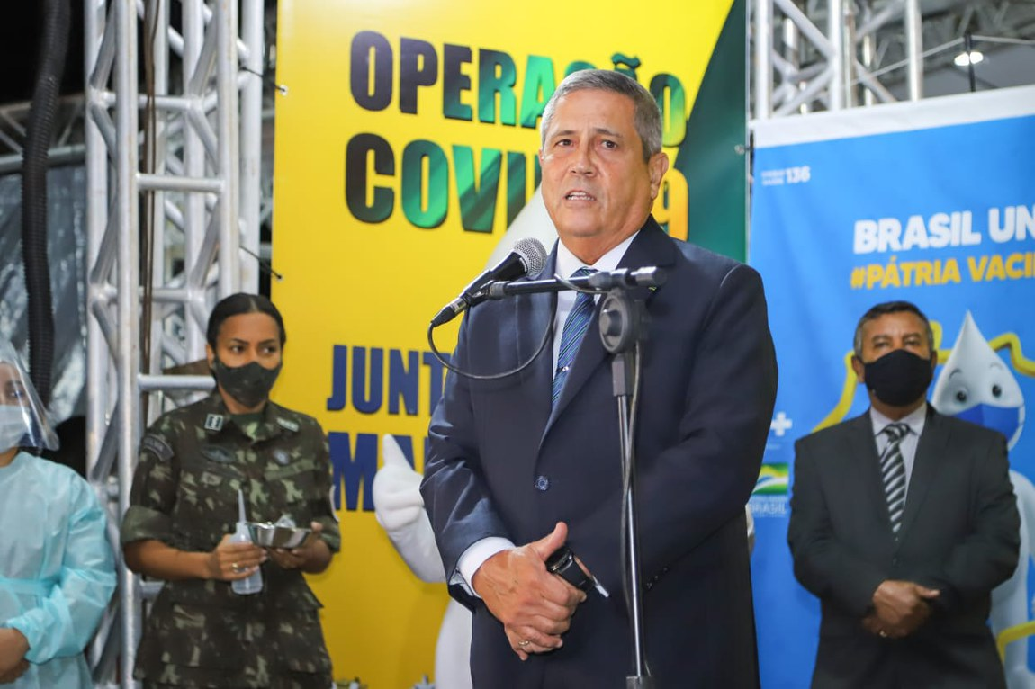 Ministro da Defesa visita posto de vacinação noturno em Brasília