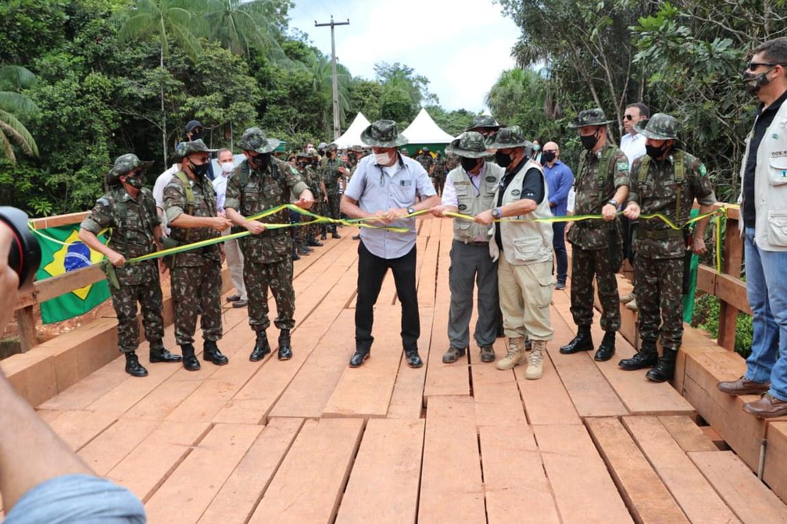 Ministro da Defesa, Comandante do Exército e comitiva visitam organizações militares da Amazônia e acompanham o Presidente da República em inauguração de ponte