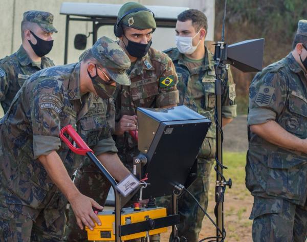 Parceria entre Exército e FAB garante manutenção de robô desativador de explosivos