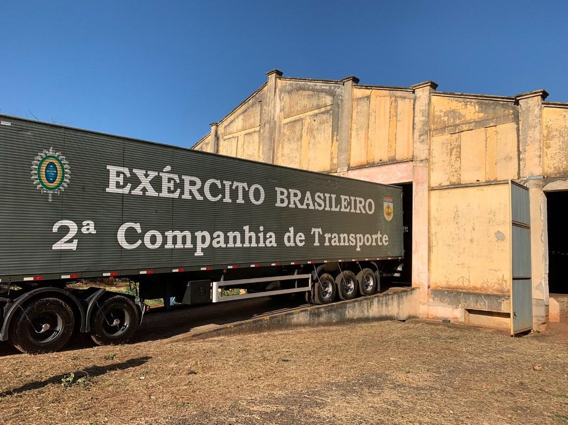 Em São Paulo, militares transportam alimentos para famílias em vulnerabilidade social