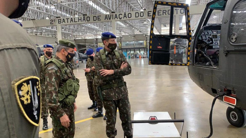 Comandante Militar do Sudeste inspeciona o Comando de Aviação do Exército