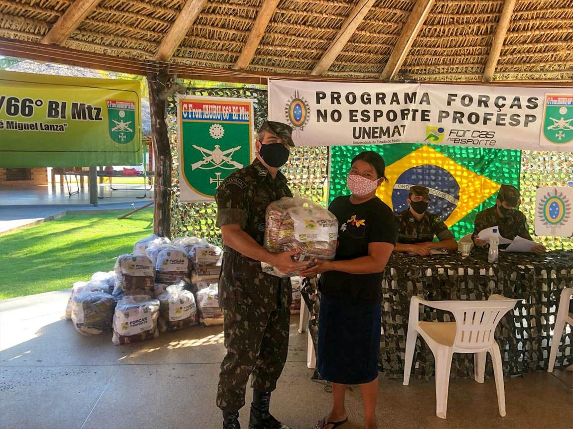 Exército entrega alimentos a alunos do Programa Força no Esporte no MT
