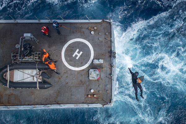 FAB e Marinha realizam treinamento conjunto de içamento em convés