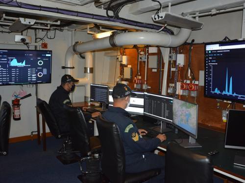 """Navios da Esquadra realizam exercício de Guerra Cibernética durante a Operação """"ADEREX-Anfíbia/Superfície 2021"""""""