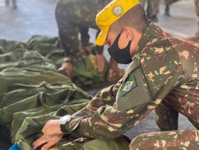 Militares do Exército apoiam treinamento de salto de emergência dos cadetes da Academia da Força Aérea