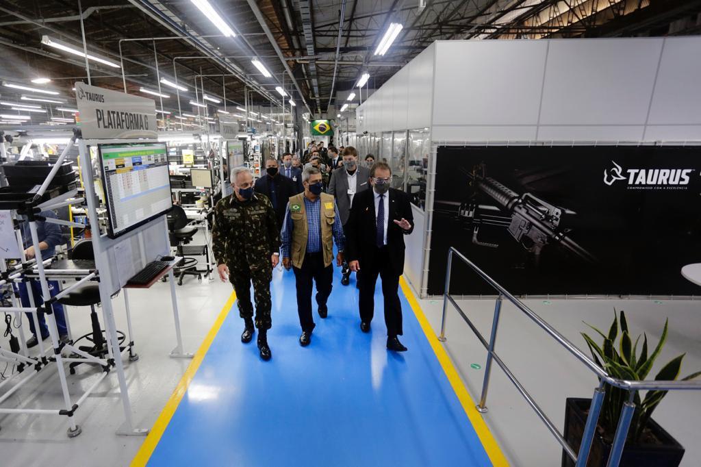 Comitiva do Ministério da Defesa visita fábrica de armamentos Taurus, no Rio Grande do Sul