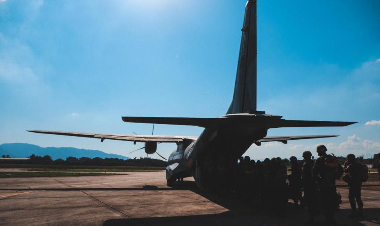 Recrutas realizam exercício com salto de aeronave no Rio de Janeiro