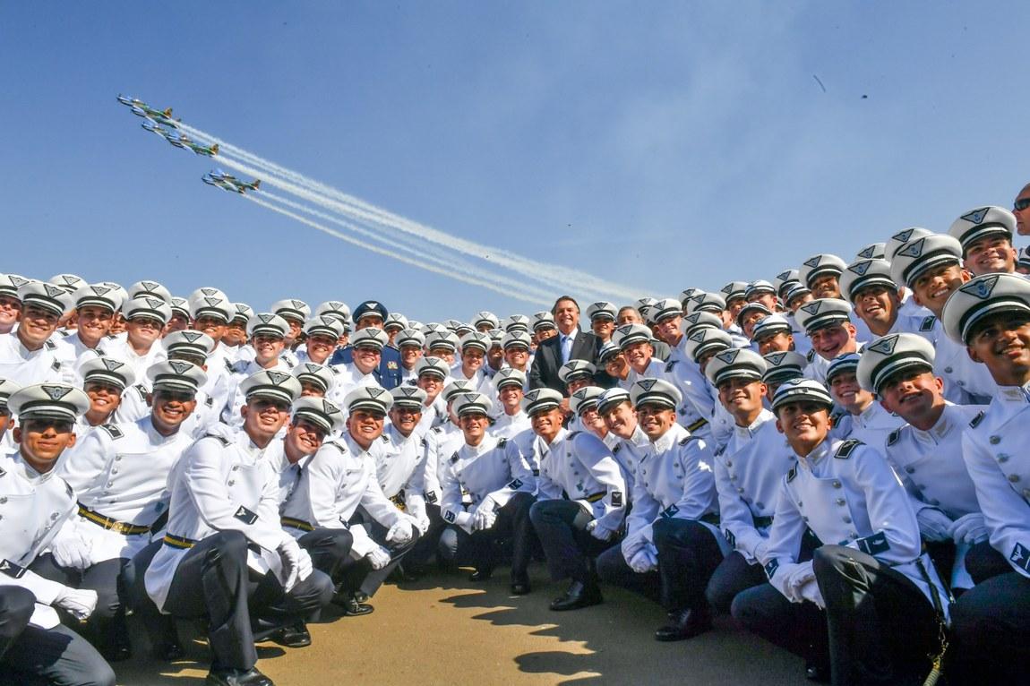 Cadetes recebem espadim na Academia da Força Aérea