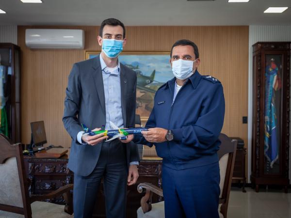 Comandante da Aeronáutica recebe Diretor de Relações Institucionais da Azul