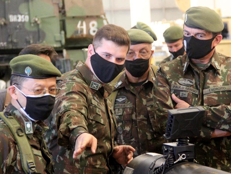 Comandante do Exército visita Parque de Manutenção de Santa Maria (RS)