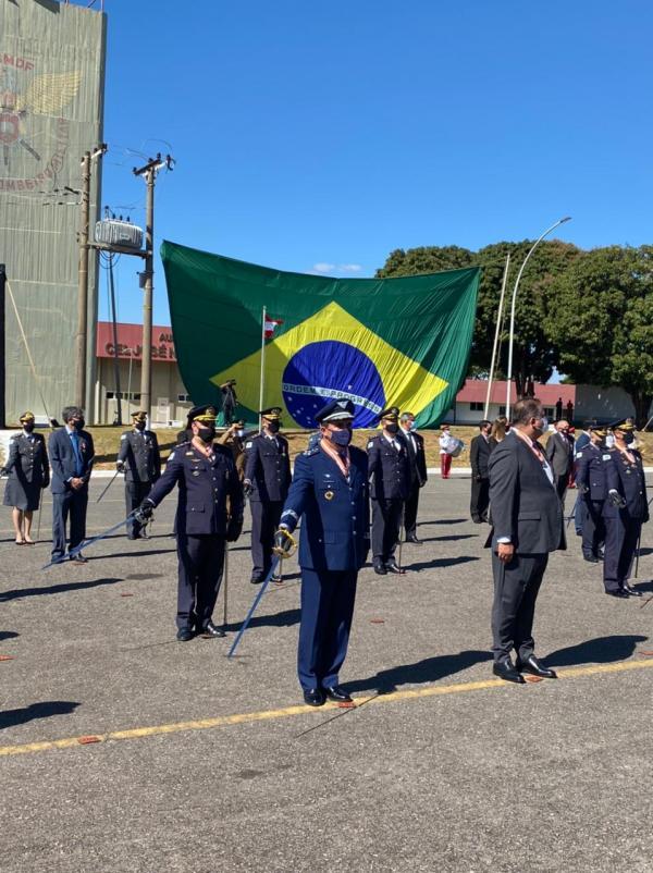 Comandante da Aeronáutica recebe homenagem do Corpo de Bombeiros Militar do DF