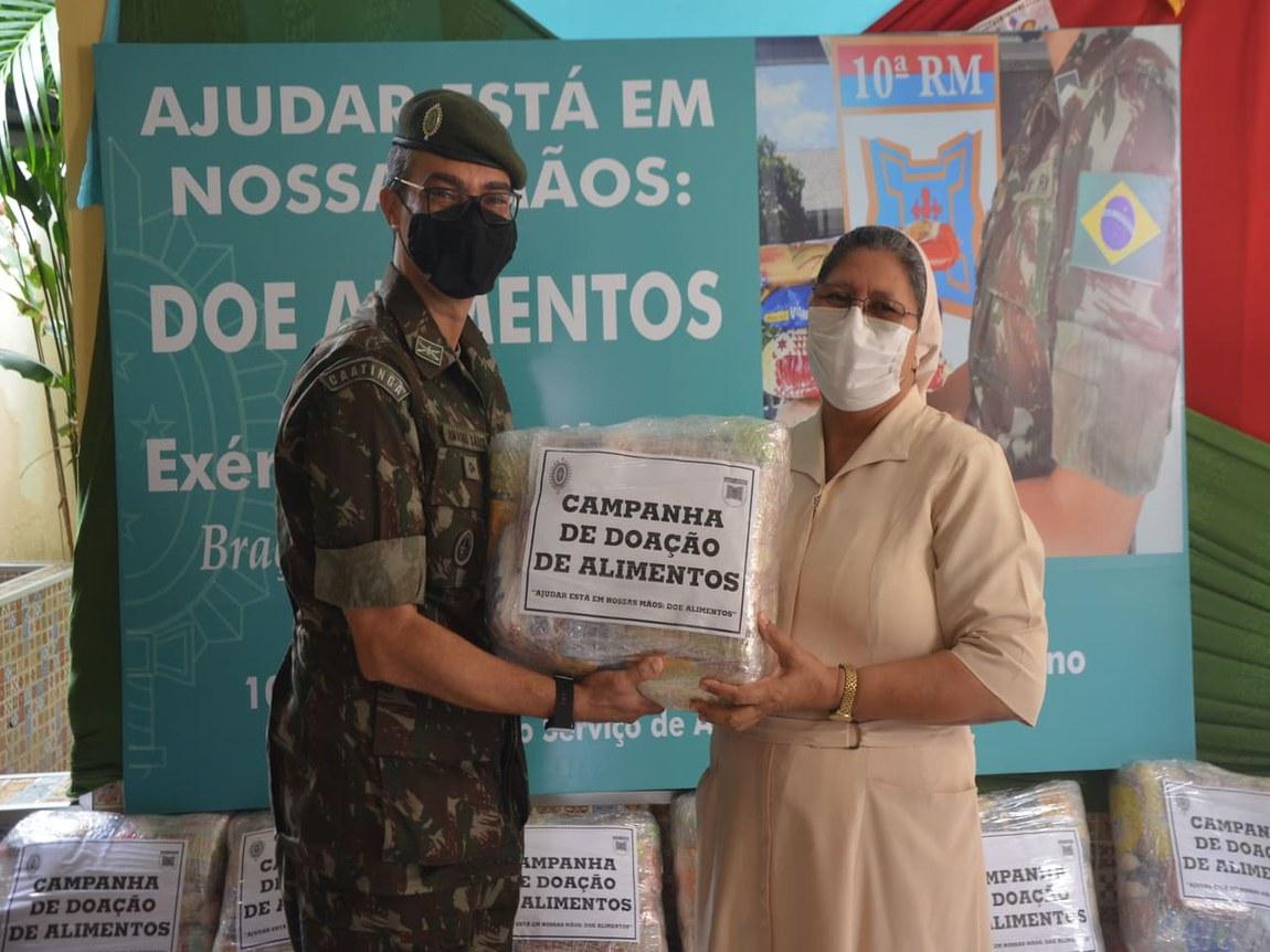 Exército doa alimentos a instituição filantrópica de Fortaleza (CE)
