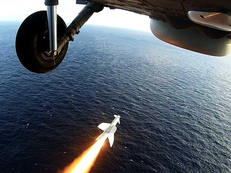 """1° Esquadrão de Helicópteros Antissubmarino lança míssil contra a ex-Corveta """"Jaceguai"""""""