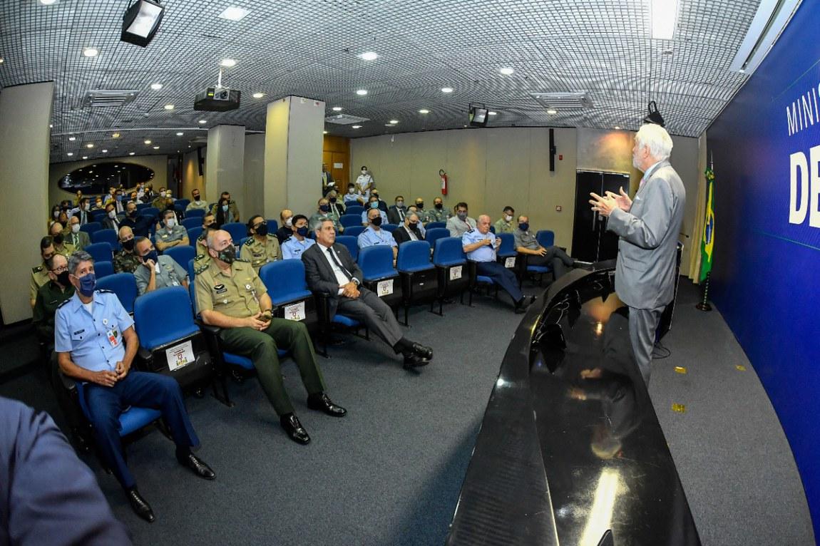 Jornalista Alexandre Garcia abre ciclo de palestras da Escola Superior de Guerra