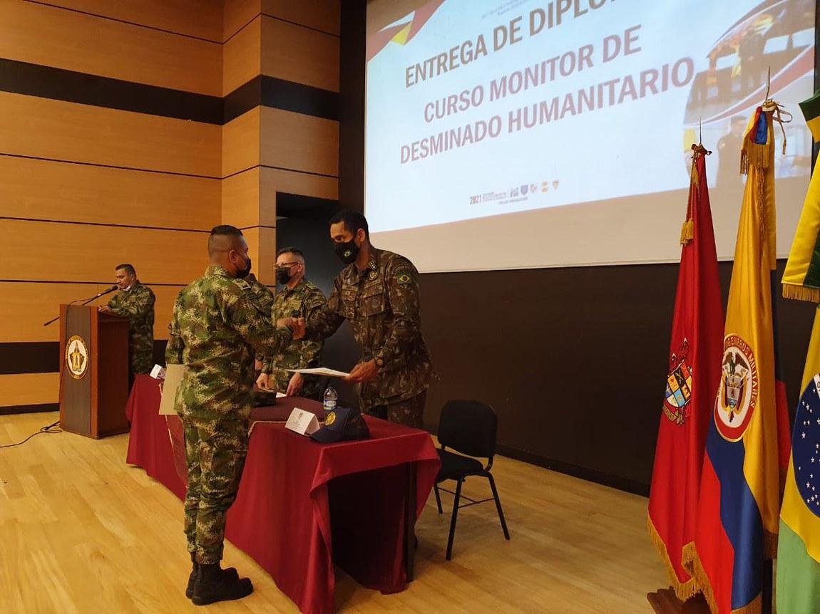 Oficiais brasileiros certificam militares colombianos em remoção de explosivos do solo