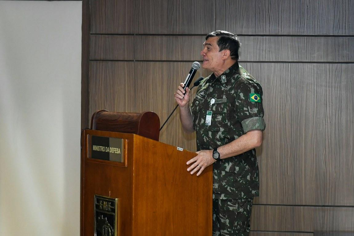 Palestra sobre o relacionamento civil-militar é apresentada a Oficiais-Generais do Exército