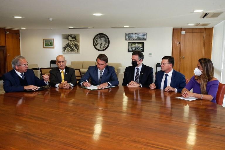Presidente Jair Bolsonaro prorroga por três meses pagamento do benefício