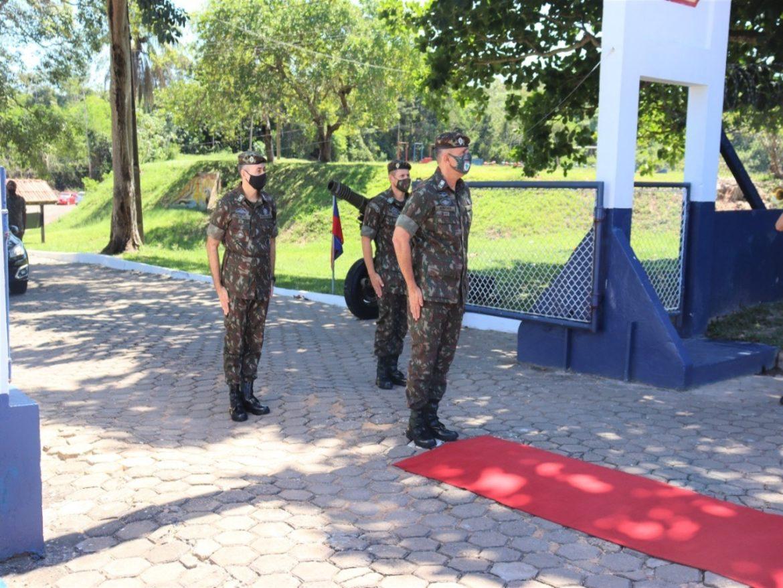 Grupo de Artilharia apresenta despedidas ao Comandante da 8ª Região Militar