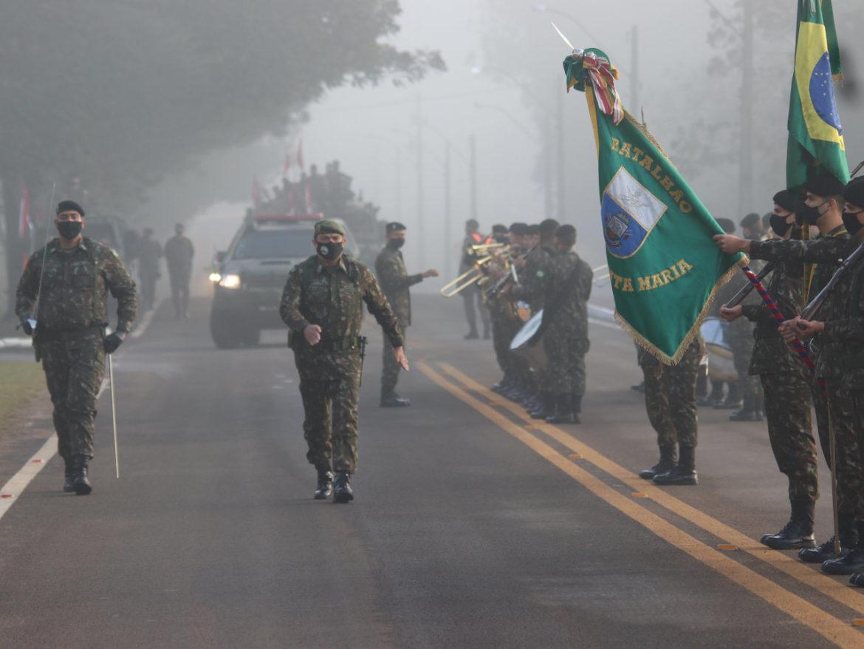 Comandante do Exército visita organizações militares em Santa Maria (RS)