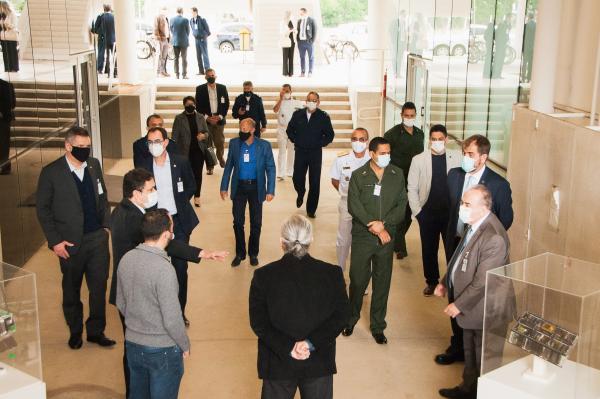 Membros do Ministério da Defesa e da Educação realizam visita ao DCTA