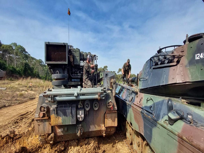 Batalhão Logístico realiza manutenção inédita em viatura blindada durante exercício
