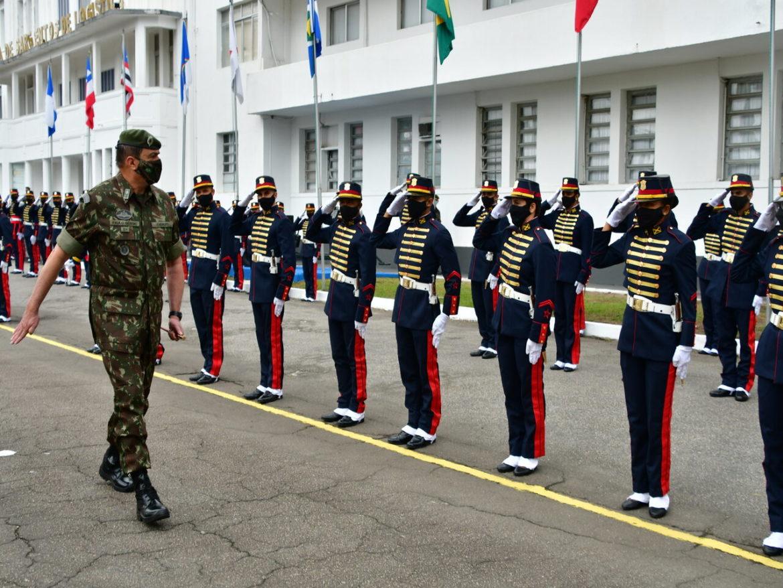 Comandante do Exército visita escolas militares