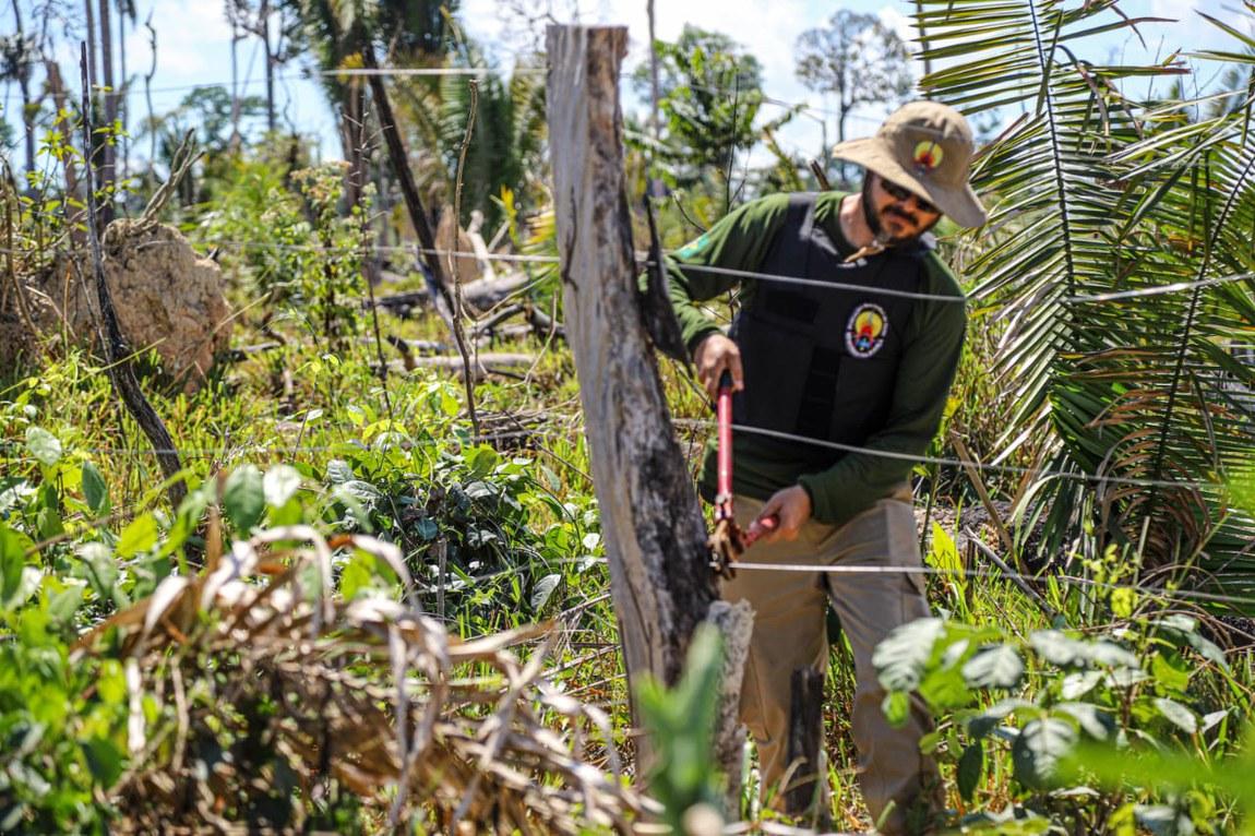 Militares e agentes derrubam abrigos e cercas de invasores em terra indígena