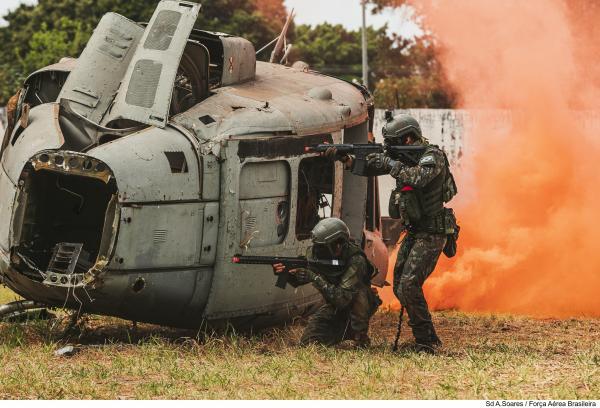 Militares treinam Atendimento Pré-Hospitalar Tático em cenário de guerra