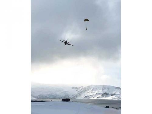 Vacina contra a Covid-19 chega à Estação Antártica Comandante Ferraz em voo da FAB