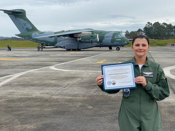 Jornalista da FAB recebe homenagem da Força Aérea Colombiana