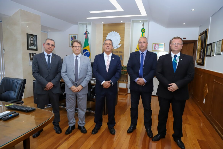 Ministro da Defesa recebe visita de parlamentar do Rio Grande do Sul